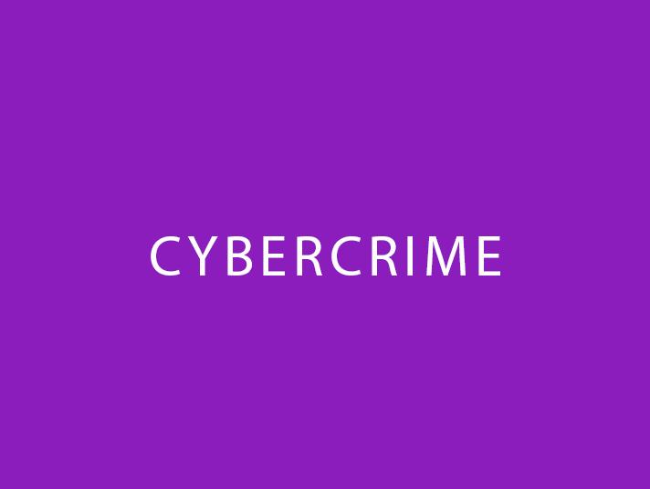 Scritta cybercrime su fondo viola